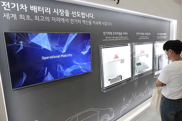 지난 9일 서울 강남구 코엑스에서 열린 배터리 전문 전시회 '인터배터리2021'에서 참관객들이 LG에너지솔루션 부스를 둘러보고 있다.(사진=저작권자(c) 연합뉴스, 무단 전재-재배포 금지)