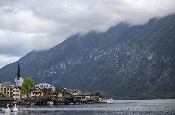 오스트리아 비엔나에서 남서쪽으로 약 300km 떨어진 할슈타트 호수에서 바라본 오스트리아 유네스코 세계유산 마을 모습. (사진=저작권자(c) EPA/연합뉴스, 무단 전재-재배포 금지)