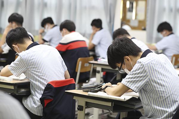 부산 지역 모든 고교생이 전면 등교가 시행된 지난 6월 28일 오후 부산 동래구 용인고 3학생들이 수업을 하고 있다. (사진=저작권자(c) 연합뉴스, 무단 전재-재배포 금지)