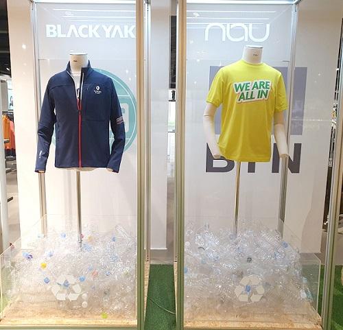 투명페트병으로 만든 티셔츠와 자켓, 블라인드가 전시돼 있다. 1장의 티셔츠를 만드는 데 약 15개의 페트병(생수병 500ml 기준)이 재활용된다.