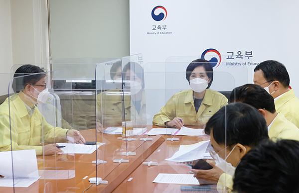 유은혜 부총리 겸 교육부장관이 9일 수도권 지역 교육감들과의 긴급 회의에서 대응방안을 논의하고 있다. (사진=교육부)