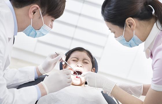 치과에서 진료 중인 여아.