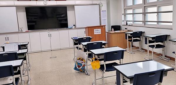 빈 교실이 쓸쓸해보였다.