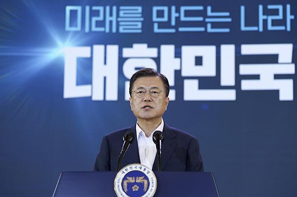 문재인 대통령이 14일 오전 청와대에서 열린 제4차 한국판 뉴딜 전략회의에서 발언하고 있다. (사진=청와대)
