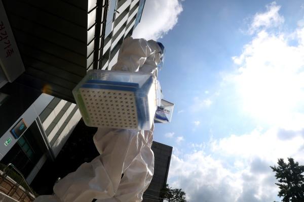 코로나19 일일 신규 확진자가 역대 최고치인 1615명을 기록한 14일 오전 대구 달서구보건소 의료진이 선별진료소 업무에 들어가고 있다.(사진=저작권자(c) 뉴스1, 무단 전재-재배포 금지)