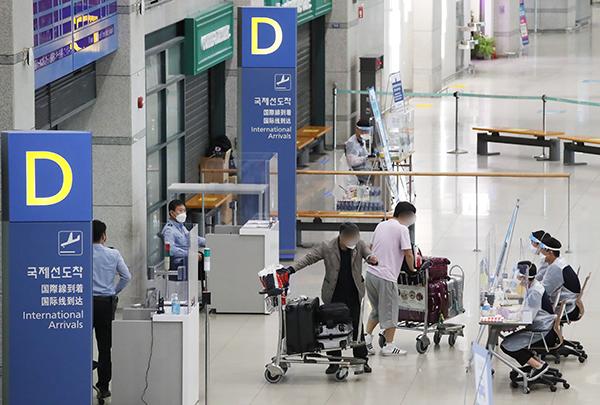 영종도 인천국제공항 1터미널에서 해외입국자들이 검역 절차를 안내받고 있다.(사진=저작권자(c) 연합뉴스, 무단 전재-재배포 금지)