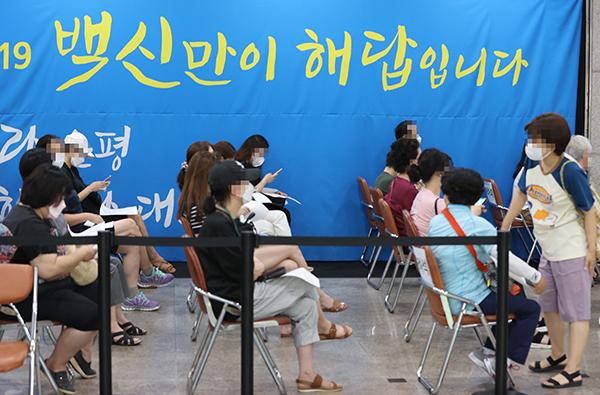 오전 서울 은평구 예방접종센터에서 시민들이 백신 접종 순서를 기다리고 있다. (사진=저작권자(c) 연합뉴스, 무단 전재-재배포 금지)