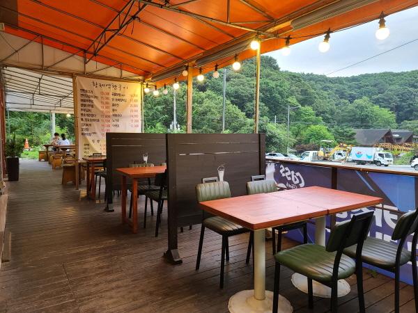 주말이면 만석이던 식당 테이블도 국민들의 거리두기 참여로 한산하다.