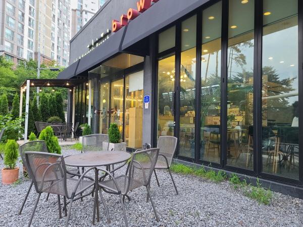 야외 테이블이 놓여진 카페도 한산한 모습이다.