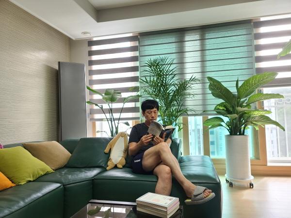 휴가를 취소하는 대신 집콕하며 독서를 하니 휴가 못지 않은 기쁨을 준다.