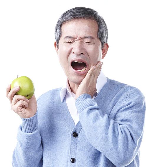 치아가 아파서 힘들어하는 어르신.