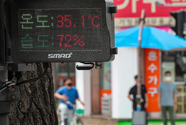 전국에 폭염 특보가 내려진 14일 오후 서울 광진구의 한 사거리에 설치된 디지털 온도계에 이날 예보된 기온을 넘어서는 온도가 표시되고 있다. (사진=저작권자(c) 연합뉴스, 무단 전재-재배포 금지)