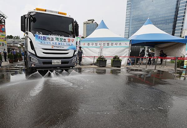 지난 15일 오후 서울역 앞 중구 임시선별검사소 앞에서 살수차가 폭염을 대비해 물을 뿌리고 있다. (사진=저작권자(c) 연합뉴스, 무단 전재-재배포 금지)