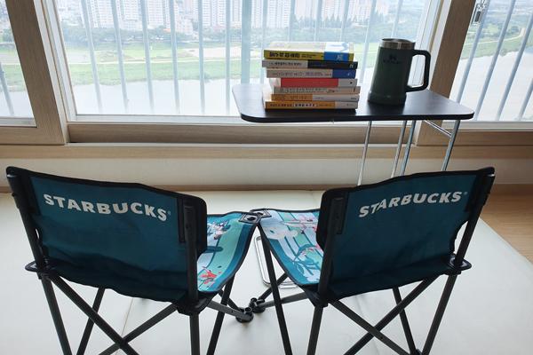 지난 주말 펜션 여행을 취소하고 가족들과 거실에서 책읽는 휴가를 보냈다.