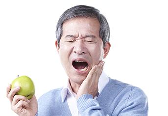 치아가 아파서 힘들어하는 어르신