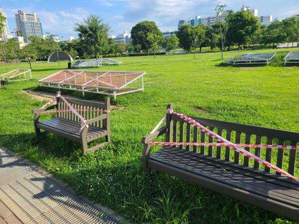공원 시설물은 폐쇄됐고, 을씨년스러운 분위기의 한강 공원.