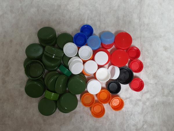 플라스틱 병 뚜껑은 부피가 작아 재활용이 잘 되지 않는다.