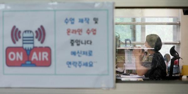 코로나19 확산에 따른 수도권 사회적 거리두기 4단계 격상으로 수도권 학교들이 전면 원격수업에 들어간 14일 오전 서울 노원구의 원광초등학교에서 교사가 원격수업을 하고 있다.
