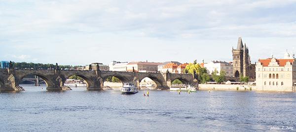 블타바 강과 카를 다리. 오른쪽 건물이 스메타나 박물관이다.