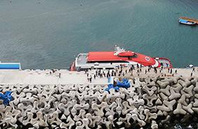 만재도 선착장에 접안시설이 준공됐다. 선착장에 접안한 여객선에서 주민과 관광객들이 내리고 있다.(사진=해양수산부)