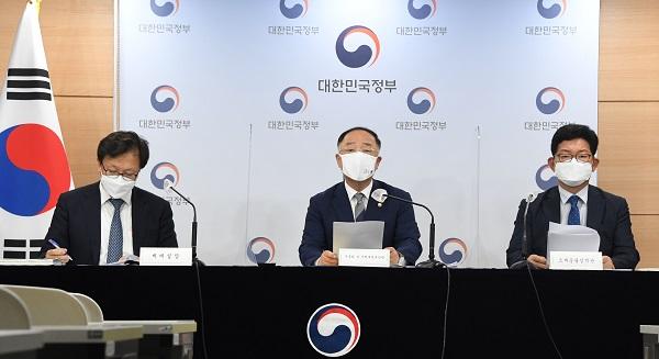 홍남기 부총리 겸 기획재정부 장관이 23일 오후 서울 광화문 정부서울청사에서 열린 '2021 세법개정안 브리핑'에서 주요내용을 발표하고 있다. (사진=기획재정부)