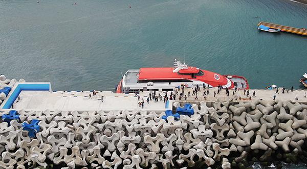 만재도 선착장에 접안시설이 준공됐다. 선착장에 접안한 여객선에서 주민과 관광객들이 내리고 있다.(사진=해양수산부 제공)