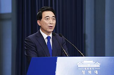 박수현 청와대 국민소통수석이 27일 청와대에서 남북 간 통신 연락선 복원과 관련해 브리핑하고 있다. (사진=청와대)