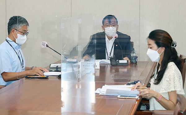 강도태 복지부 2차관이 재난적의료비지원정책심의위원회 회의를 주재하고 있다. (사진=보건복지부)