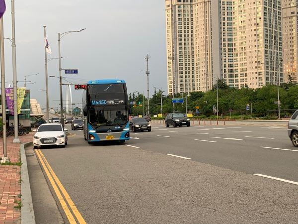 인천 송도와 서울강남 잠실까지 잇는 2층 전기버스 M버스.