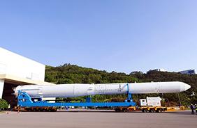 6월 1일 오전 전남 고흥 나로우주센터에서 누리호 인증모델이 신규 구축된 제2발사대의 인증시험을 위해 발사체 조립동에서 발사대로 이동하고 있다.(사진=과기정통부)
