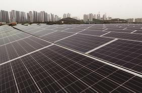 안산 예술의전당 옥상에 설치된 태양광발전 시설.