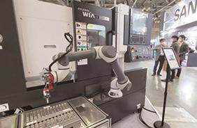 5월 26일 부산 해운대구 벡스코에서 열린 2021 부산국제기계대전에서 반도체 장비분야 산업용 로봇이 전시돼 있다.