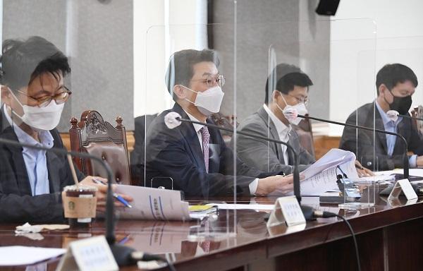 이억원 기획재정부 차관이 29일 서울 중구 은행연합회에서 열린 거시경제금융회의를 주재, 모두발언을 하고 있다. (사진=기획재정부)