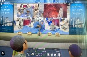 메타버스를 이용해 분당서울대병원 폐암 수술을 참관하고 있는 모습. (사진=분당서울대병원 및아시아흉강경수술교육단?(ATEP)