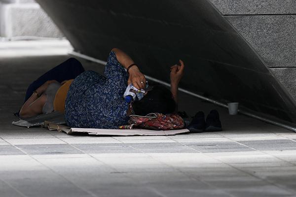 폭염이 계속되고 있는 가운데 지난 27일 오후 서울 종로구 청계천 모전교 아래 그늘에서 시민이 누워 있다. (사진=저작권자(c) 연합뉴스, 무단 전재-재배포 금지)