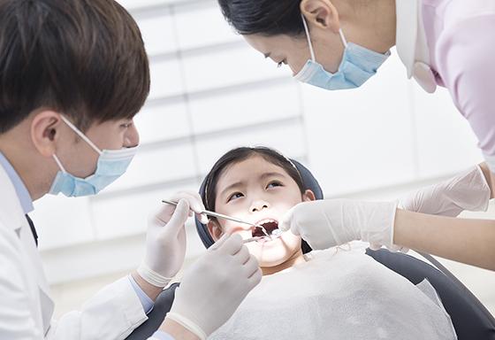 치과에서 치료 중인 어린이.