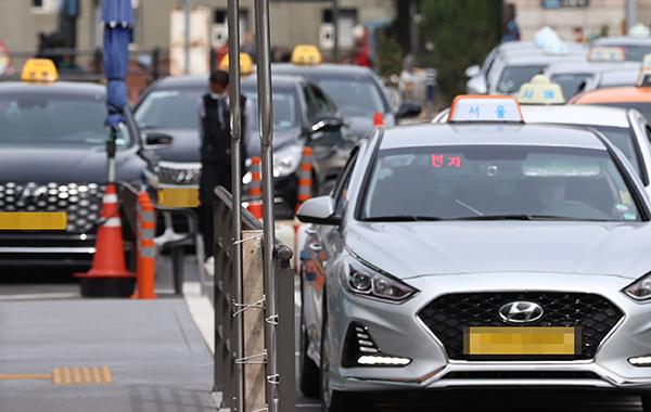 서울역 앞에 택시들이 줄지어 손님을 기다리고 있다. (사진=저작권자(c) 연합뉴스, 무단 전재-재배포 금지)