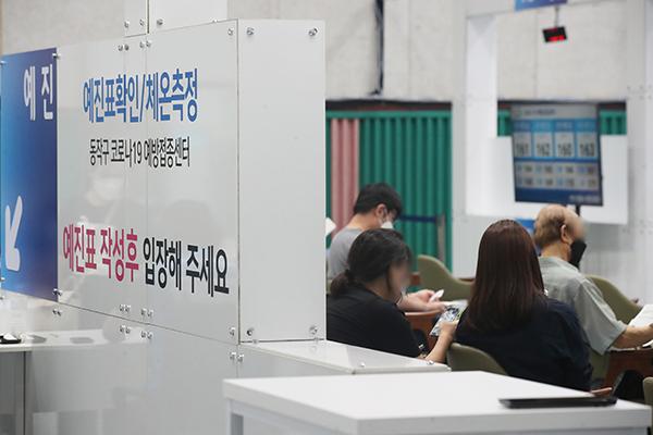 코로나19 서울시 동작구 예방접종센터가 마련된 동작구민체육센터에서 시민들이 접종대기를 하고 있다. (사진=저작권자(c) 연합뉴스, 무단 전재-재배포 금지)