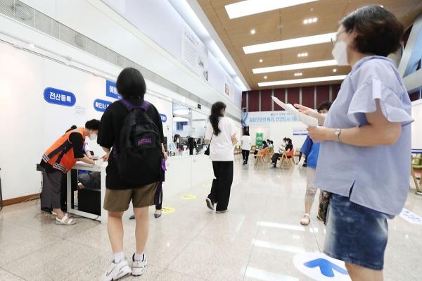 지난달 20일 오후, 서울 용산구 예방접종센터에서 고등학교 3학년과 교직원을 대상으로 코로나19 예방접종이 실시되고 있다.