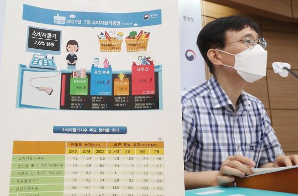 어운선 통계청 경제동향통계심의관이 3일 오전 세종시 정부세종청사에서 2021년 7월 소비자물가 동향을 발표하고 있다. (사진=저작권자(c) 연합뉴스, 무단 전재-재배포 금지)