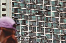 서울 지역에 폭염경보가 내려진 7월 20일 오후 서울 관악구의 한 아파트에 태양열 발전 패널과 에어컨 실외기가 설치돼 있다.