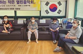무더위 쉼터인 서울 상일동의 고덕리엔파크3단지 경로당 노인문화센터에서 어르신들이 폭염을 피하고 있다.