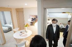 문재인 대통령이 지난해 12월 경기 화성시 동탄 공공임대주택에서 내부를 살펴보고 있다.(사진=청와대)