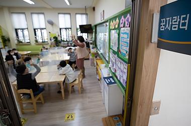 서울의 한 초등학교에서 교감선생님이 돌봄교실 수업을 진행하고 있다. (사진=저작권자(c) 연합뉴스, 무단 전재-재배포 금지)
