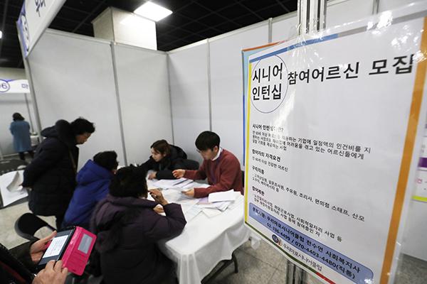 지난 2020년 노인일자리 박람회에서 노인 구직자들이 상담을 받고 있다. (사진=저작권자(c) 연합뉴스, 무단 전재-재배포 금지)