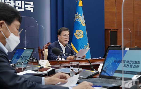 문재인 대통령이 5일 청와대에서 열린 'K-글로벌 백신 허브화 비전 및 전략 보고대회'에서 발언하고 있다. (사진=청와대)