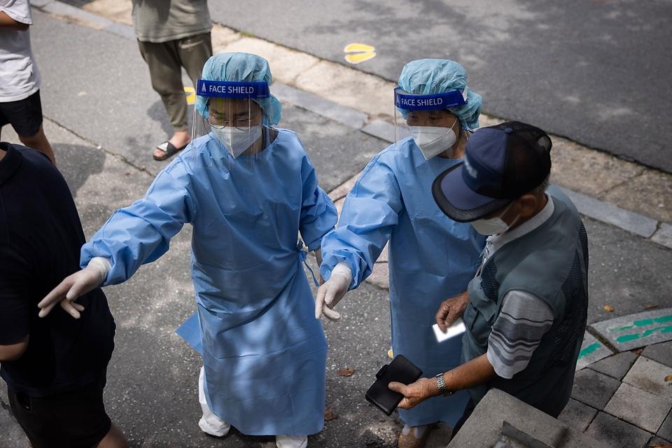 코로나19 선별검사소 의료진들