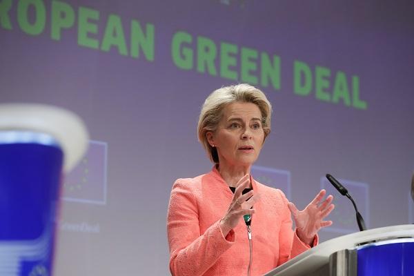 우르줄라 폰데어라이엔 유럽연합(EU) 집행위원장이 7월 14일(현지시간) 벨기에 브뤼셀에서 기자회견을 통해 탄소배출 감축 방안을 발표하고 있다. (사진=저작권자(c) 연합뉴스, 무단 전재-재배포 금지)