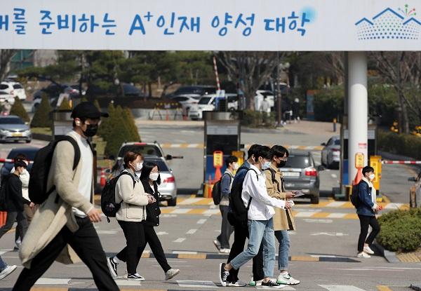 대학 캠퍼스 안을 학생들이 삼삼오오 오가고 있다.(사진=저작권자(c) 연합뉴스, 무단 전재-재배포 금지)
