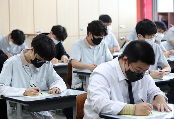 지난 6월 3일 진행된 2022학년도 대학수학능력시험 모의평가에서 강원 춘천시 성수고등학교에서 3학년 학생들이 답안지에 인적사항을 적고 있다. (사진=저작권자(c) 연합뉴스, 무단 전재-재배포 금지)